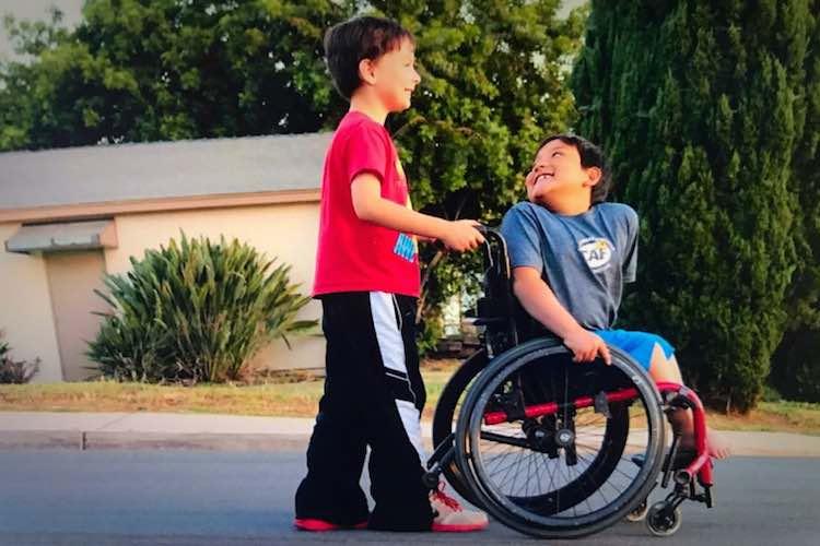 Menino ajuda a comprar cadeira de rodas nova para o melhor amigo 3
