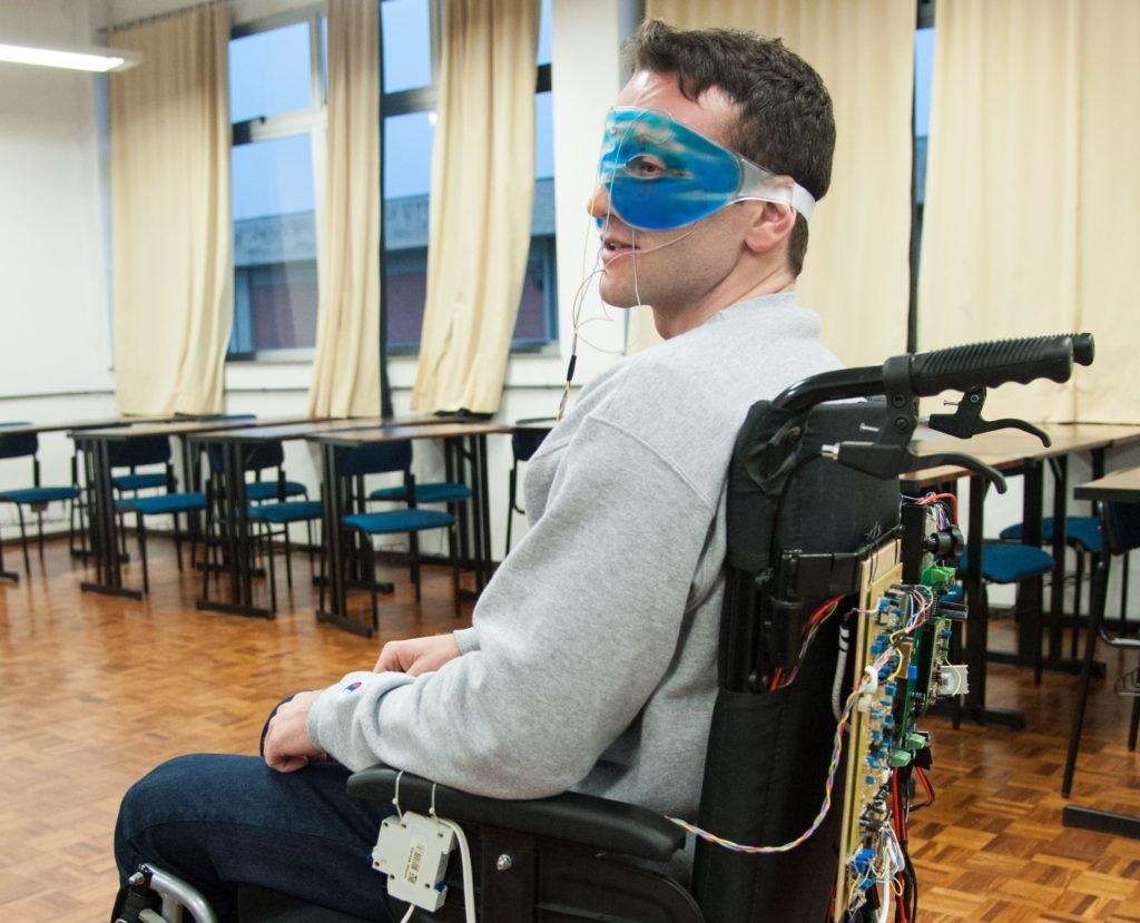Estudante de engenharia elétrica criou uma cadeira de rodas movida pelos olhos 3