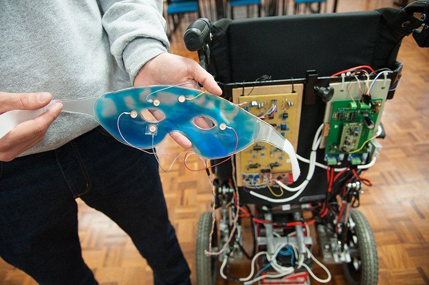 Estudante de engenharia elétrica criou uma cadeira de rodas movida pelos olhos 2