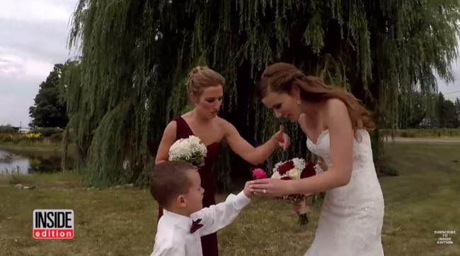 Menino não segura a emoção quando ouve da madrasta uma mensagem especial durante os votos de casamento 6