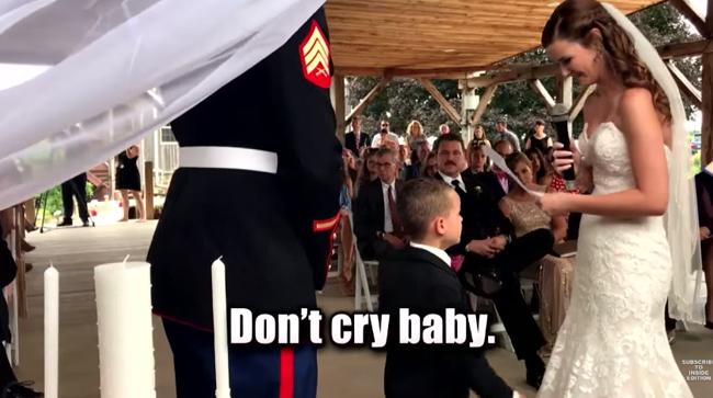 Menino não segura a emoção quando ouve da madrasta uma mensagem especial durante os votos de casamento 2