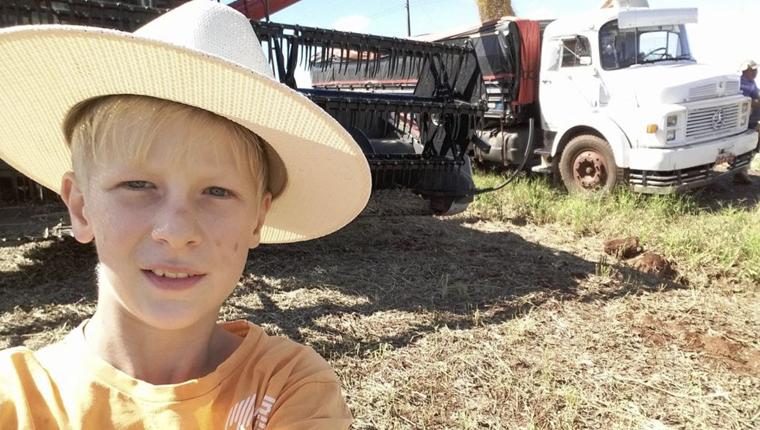 Aos 12 anos, paranaense adora trabalhar na roça e compartilha seu dia a dia no Youtube 1