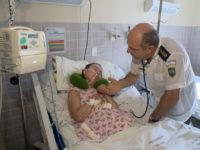 médico visita paciente coma