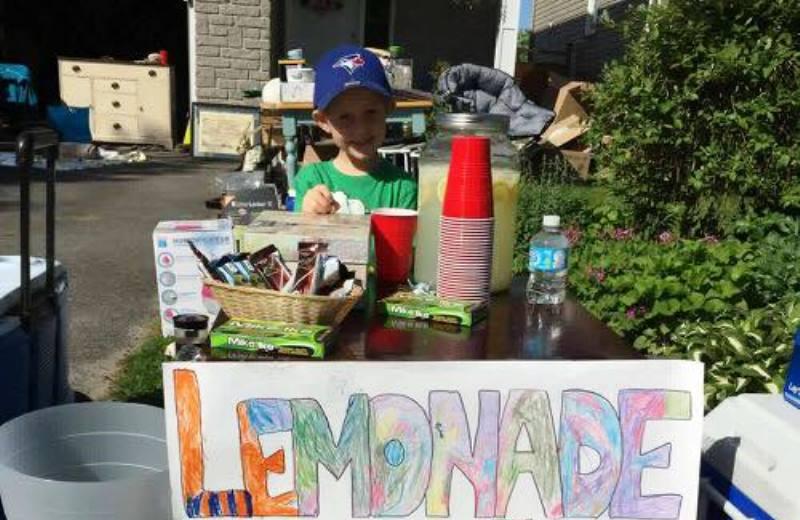 Menino de 5 anos vende limonada para ajudar animais vítimas de maus tratos 1