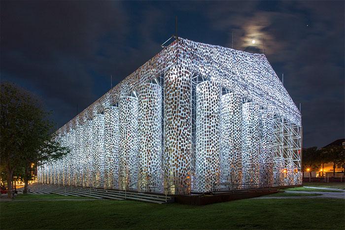 Artista usa 100.000 livros proibidos para construir réplica do Partenon 4