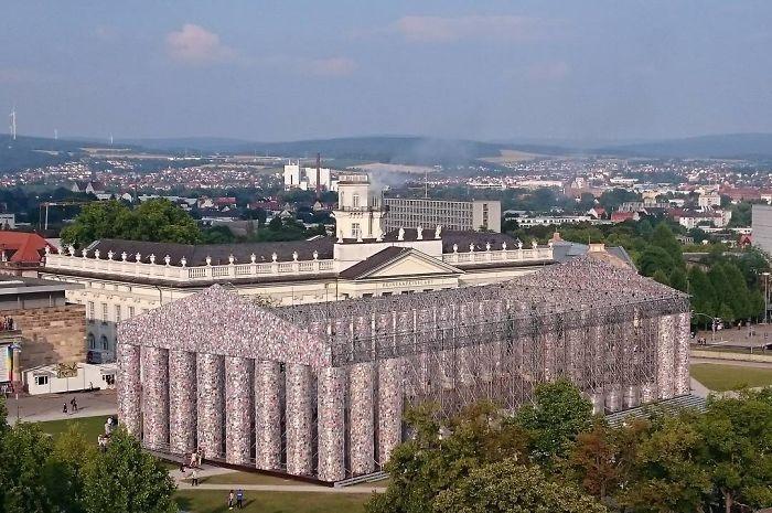 Artista usa 100.000 livros proibidos para construir réplica do Partenon 6
