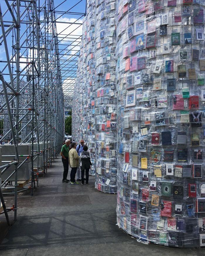 Artista usa 100.000 livros proibidos para construir réplica do Partenon 5