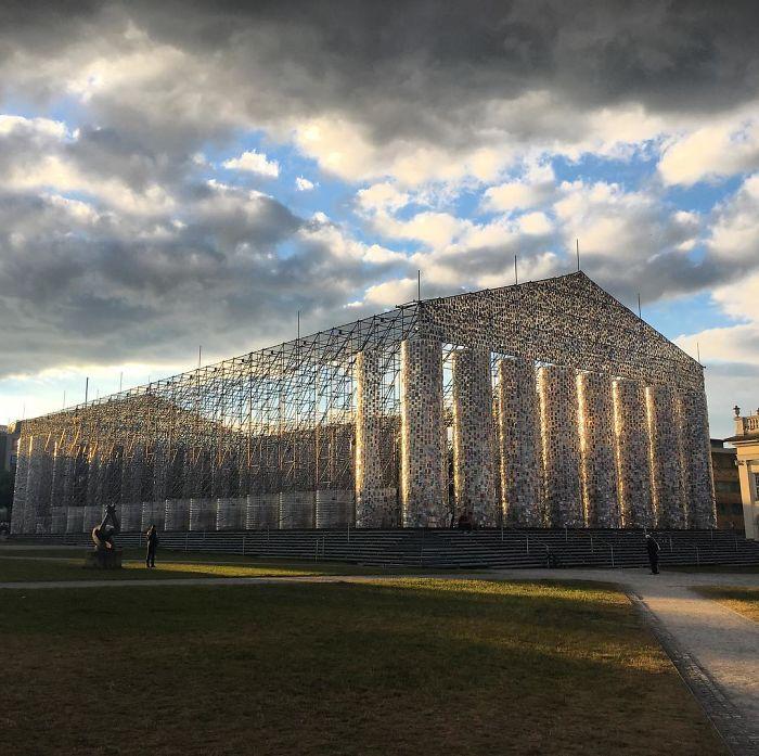 Artista usa 100.000 livros proibidos para construir réplica do Partenon 1