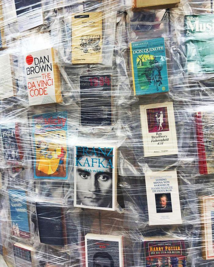 Artista usa 100.000 livros proibidos para construir réplica do Partenon 2