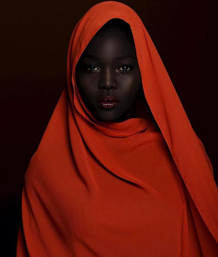 """Modelo sudanesa que faz sucesso na web já ouviu de motorista de Uber que ela deveria """"alvejar"""" sua pele 12"""