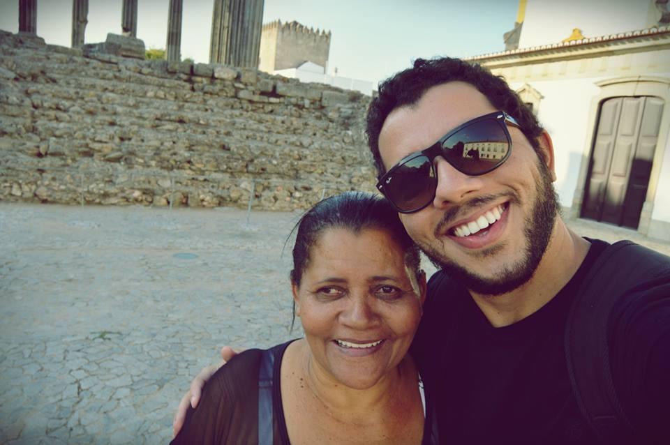 Mesmo sem saber ler, esta mãe foi visitar filho em Portugal e recebeu lindo presente 3