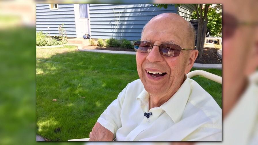 Senhor de 94 anos instala piscina em sua casa para crianças no bairro 4