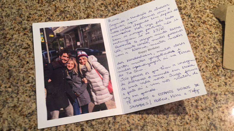 Gaúcha vai morar fora e família imprime sua foto para levá-la em todos os lugares 5