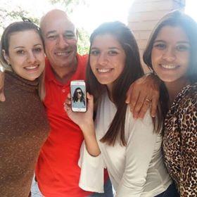 Gaúcha vai morar fora e família imprime sua foto para levá-la em todos os lugares 3