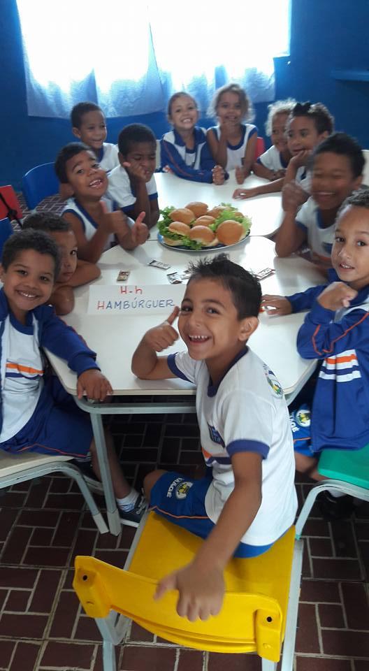 Com o 'coração partido', professora de creche pública faz 'hamburgada' para alunos no Rio 4