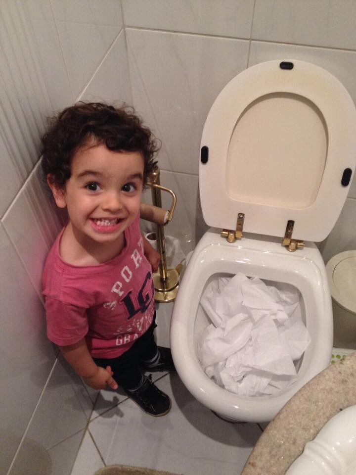 """Fotos hilárias mostram o que acontece quando você deixa uma criança sozinha por """"1 segundo"""" 14"""