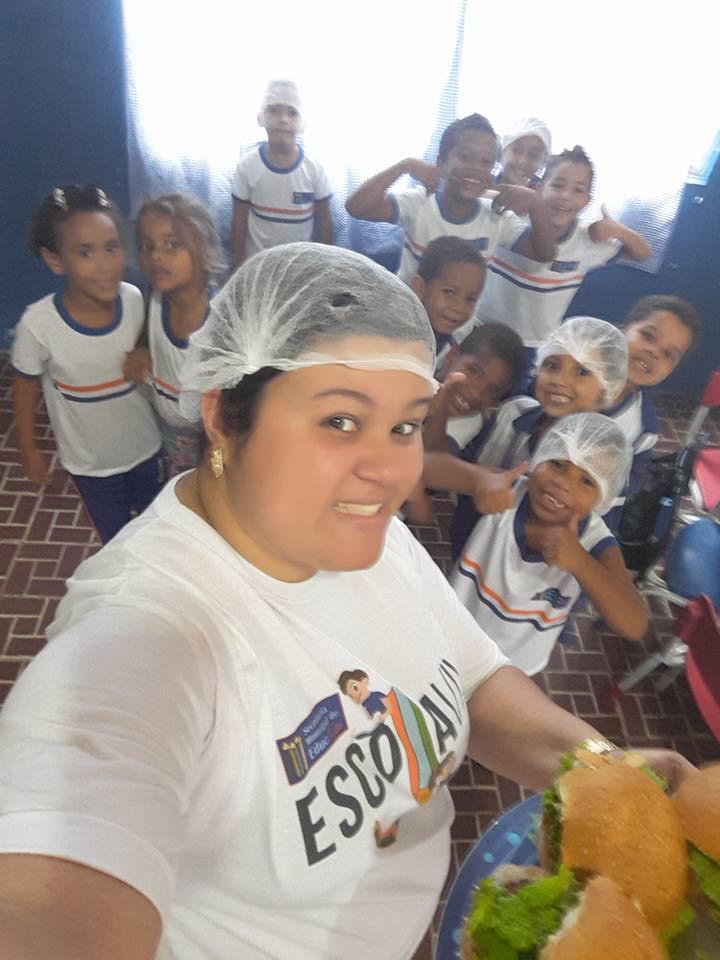 Com o 'coração partido', professora de creche pública faz 'hamburgada' para alunos no Rio 5