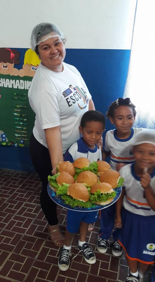 Com o 'coração partido', professora de creche pública faz 'hamburgada' para alunos no Rio 6