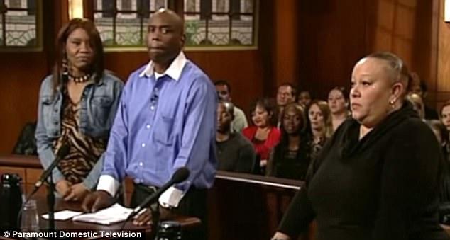 Juíza permite que o cão escolha seu verdadeiro dono no tribunal 1