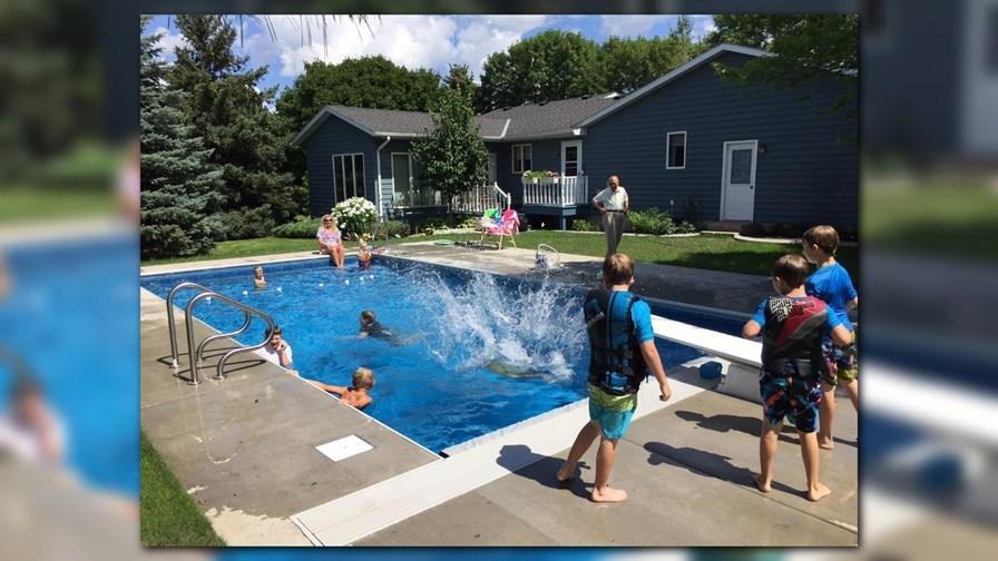 Senhor de 94 anos instala piscina em sua casa para crianças no bairro 1