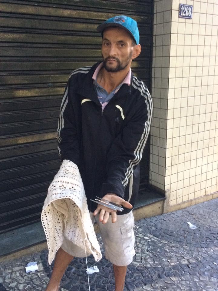Morador de rua em BH faz tricô e crochê com agulhas fabricadas por ele mesmo 4