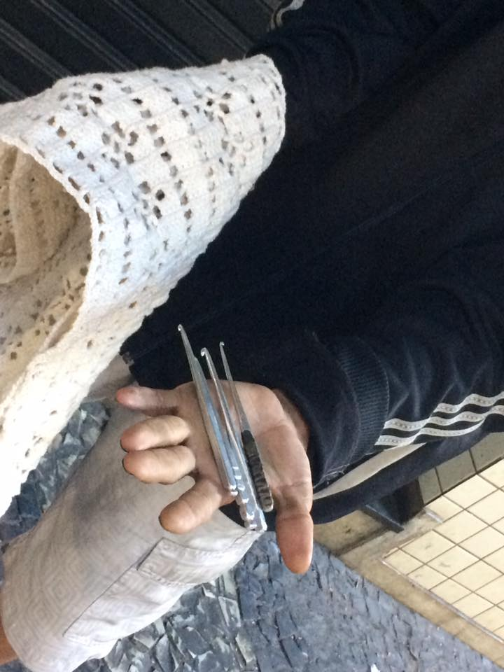 Morador de rua em BH faz tricô e crochê com agulhas fabricadas por ele mesmo 3