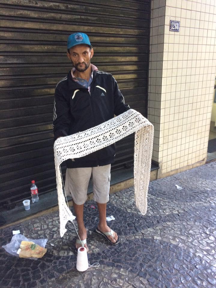 Morador de rua em BH faz tricô e crochê com agulhas fabricadas por ele mesmo 2