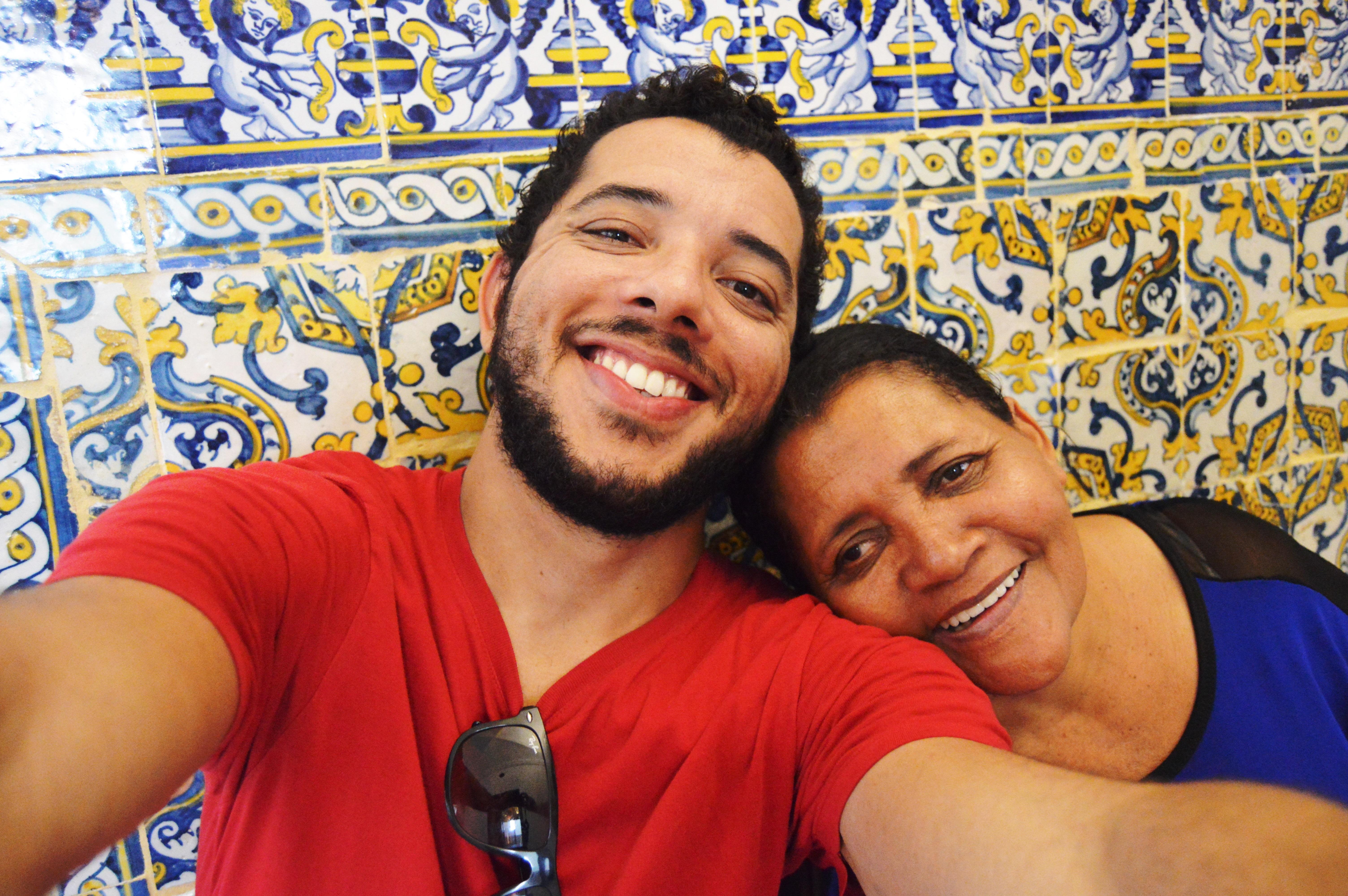 Mesmo sem saber ler, esta mãe foi visitar filho em Portugal e recebeu lindo presente 1