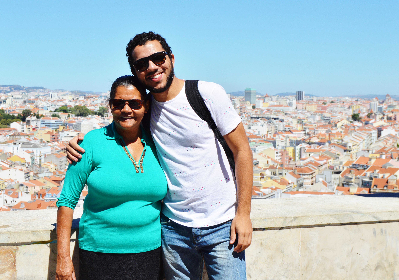 Mesmo sem saber ler, esta mãe foi visitar filho em Portugal e recebeu lindo presente 9