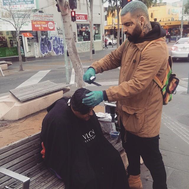 Barbeiro passa o único dia de folga cortando cabelo de moradores de rua 14