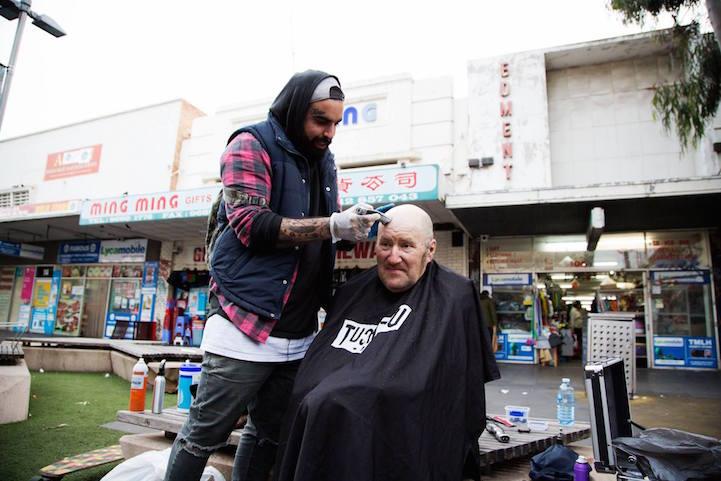 Barbeiro passa o único dia de folga cortando cabelo de moradores de rua 3