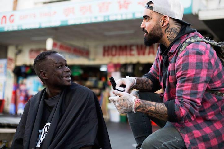 Barbeiro passa o único dia de folga cortando cabelo de moradores de rua 5