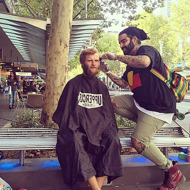 Barbeiro passa o único dia de folga cortando cabelo de moradores de rua 10