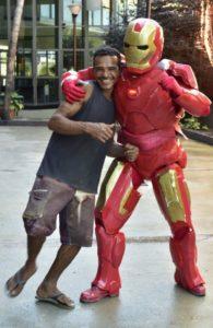 Pedreiro herói acha roupa roubada do Homem de Ferro e devolve 1