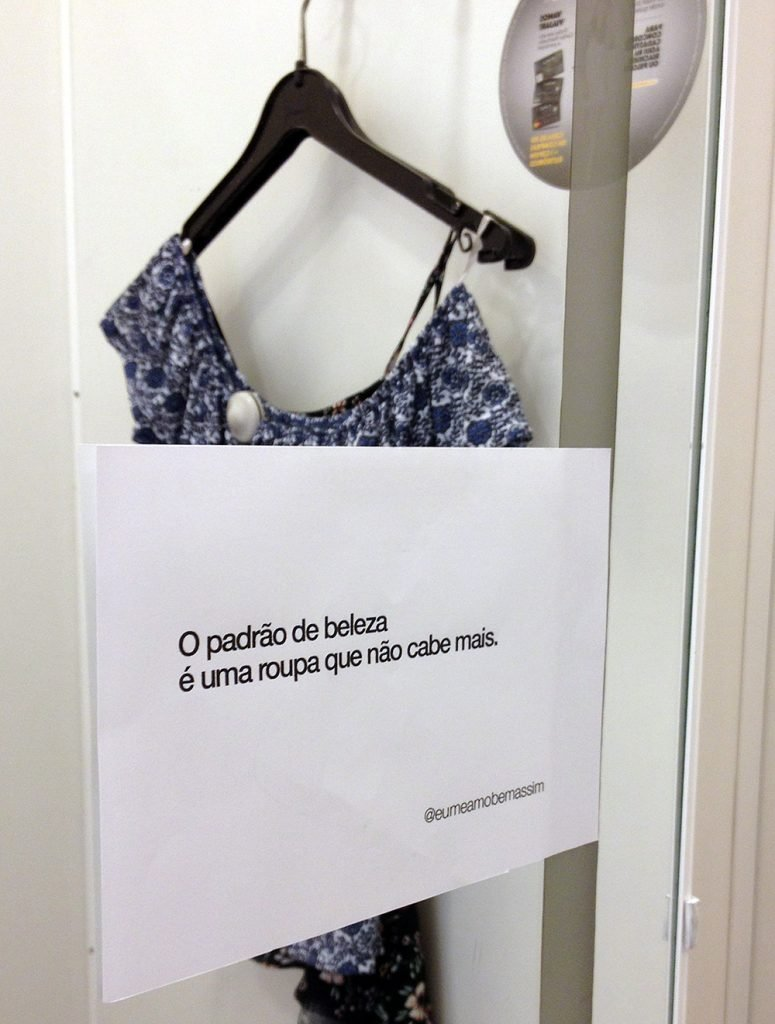 """""""Você é linda!"""" - Essas duas mulheres colam frases de autoconfiança nos provadores de roupa 4"""