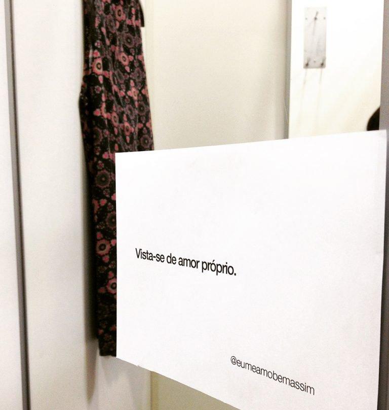 """""""Você é linda!"""" - Essas duas mulheres colam frases de autoconfiança nos provadores de roupa 7"""