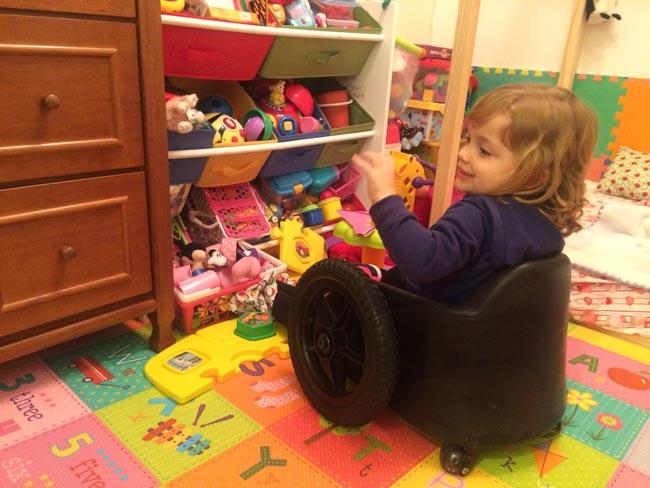 Pai cria cadeira de rodas infantil para filha com paralisia ter mais autonomia 4