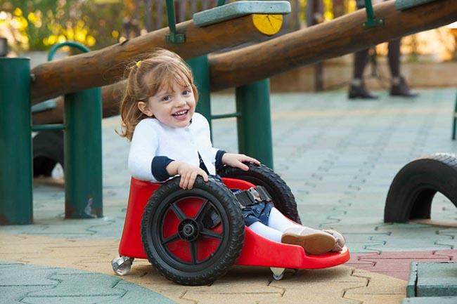 Pai cria cadeira de rodas infantil para filha com paralisia ter mais autonomia 5