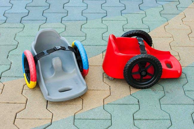 Pai cria cadeira de rodas infantil para filha com paralisia ter mais autonomia 2