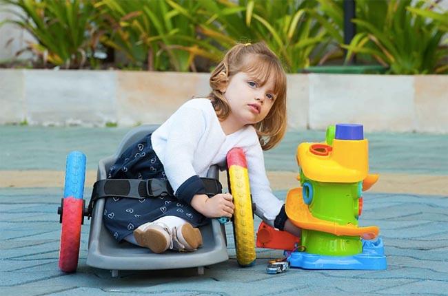 Pai cria cadeira de rodas infantil para filha com paralisia ter mais autonomia 1