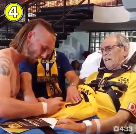 Senhor holandês vai às lágrimas com camisa e autógrafo de atleta do seu time 2