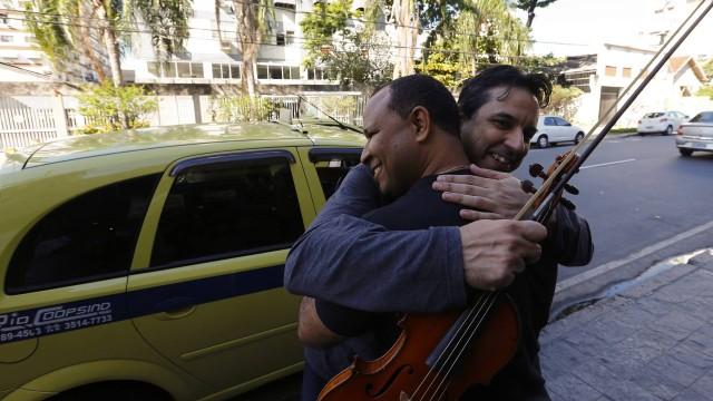 Maestro do Rio perde violino e partituras, mas recupera graças a taxista 1