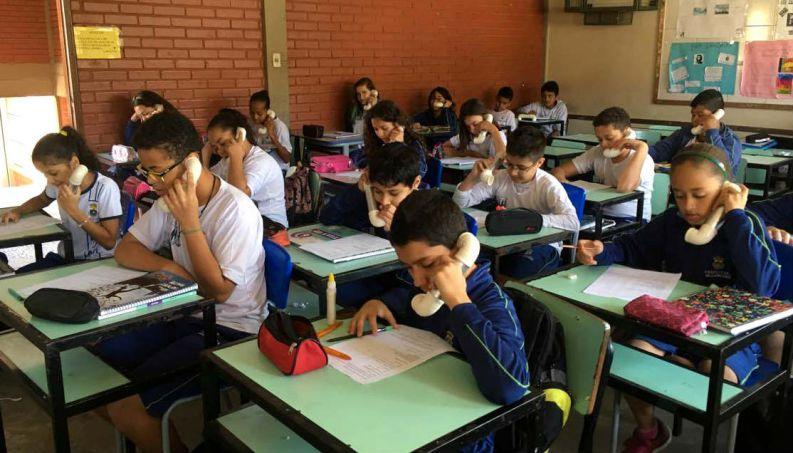 """Professora de inglês cria engenhoca para alunos perderem vergonha: """"Telefone do Sussurro"""" 3"""