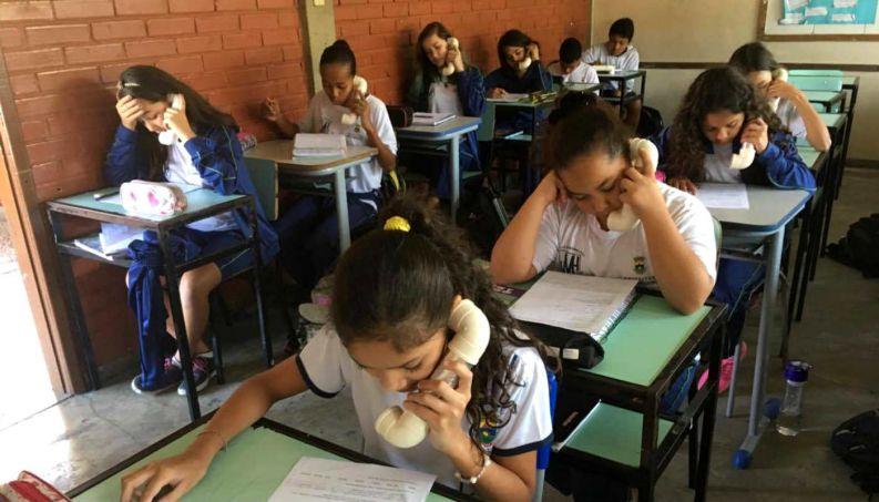 """Professora de inglês cria engenhoca para alunos perderem vergonha: """"Telefone do Sussurro"""" 2"""