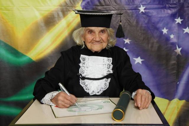 Com TCC escrito à mão, mulher de 87 anos se forma em Jundiaí 2