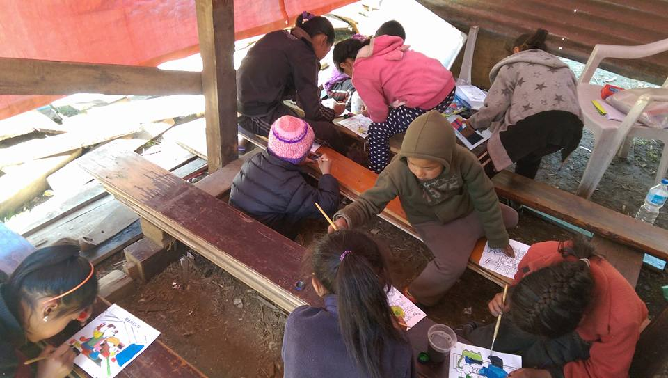 Mulher desiste de cometer suicídio após conhecer aldeia com crianças carentes no Nepal 2