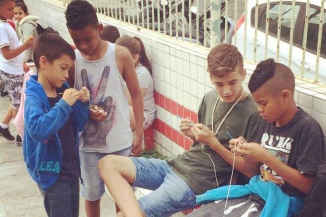 Garotos fazem crochê durante o recreio em escola de Itajaí