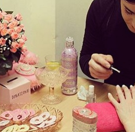 Manicure trans faz unhas gratuitamente enquanto conscientiza clientes sobre a transfobia 1