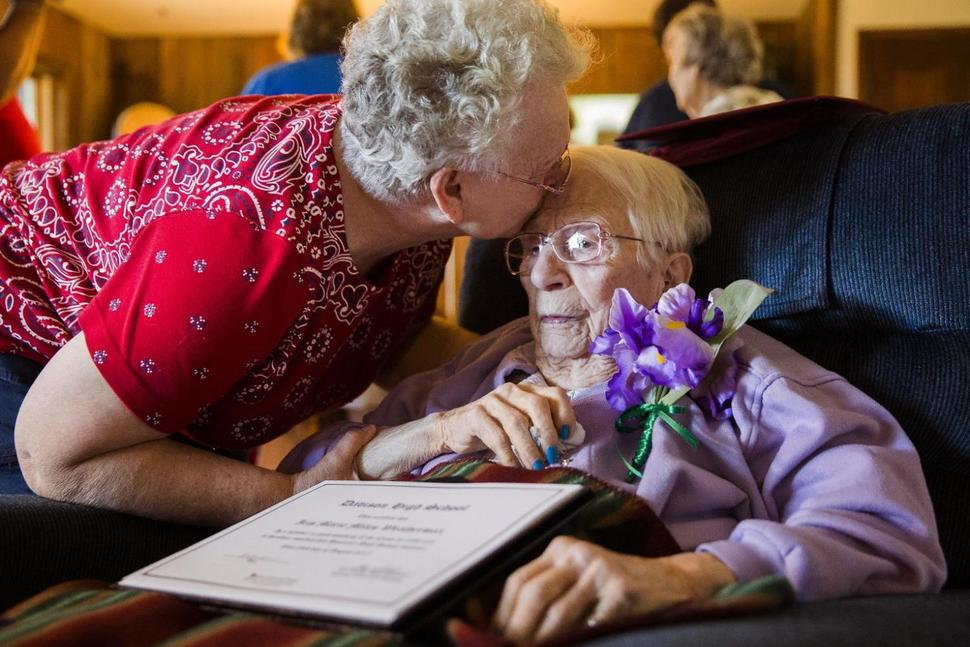 Aos 97 anos, mulher recebe diploma depois de ser expulsa da escola por gravidez em 1938 1