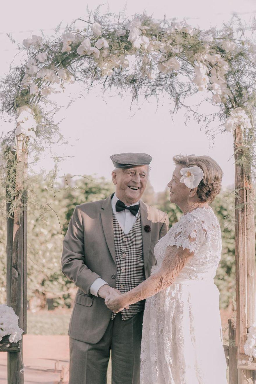 Sessenta anos depois, casal ganha fotos do dia do seu casamento 8